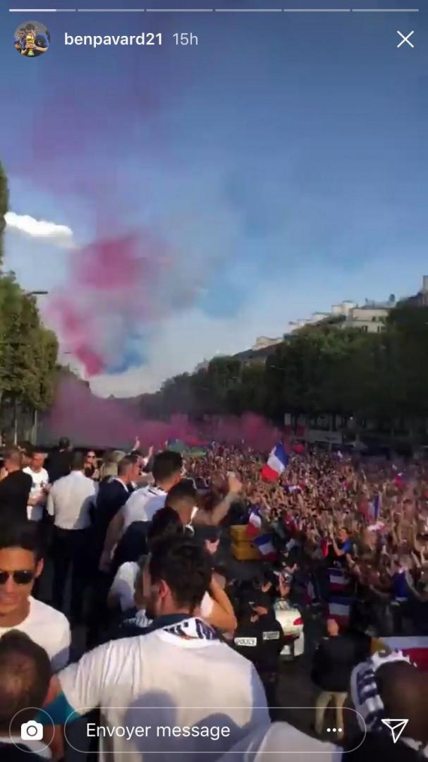 Les Champs-Élysées noirs de monde, immortalisés par Benjamin Pavard