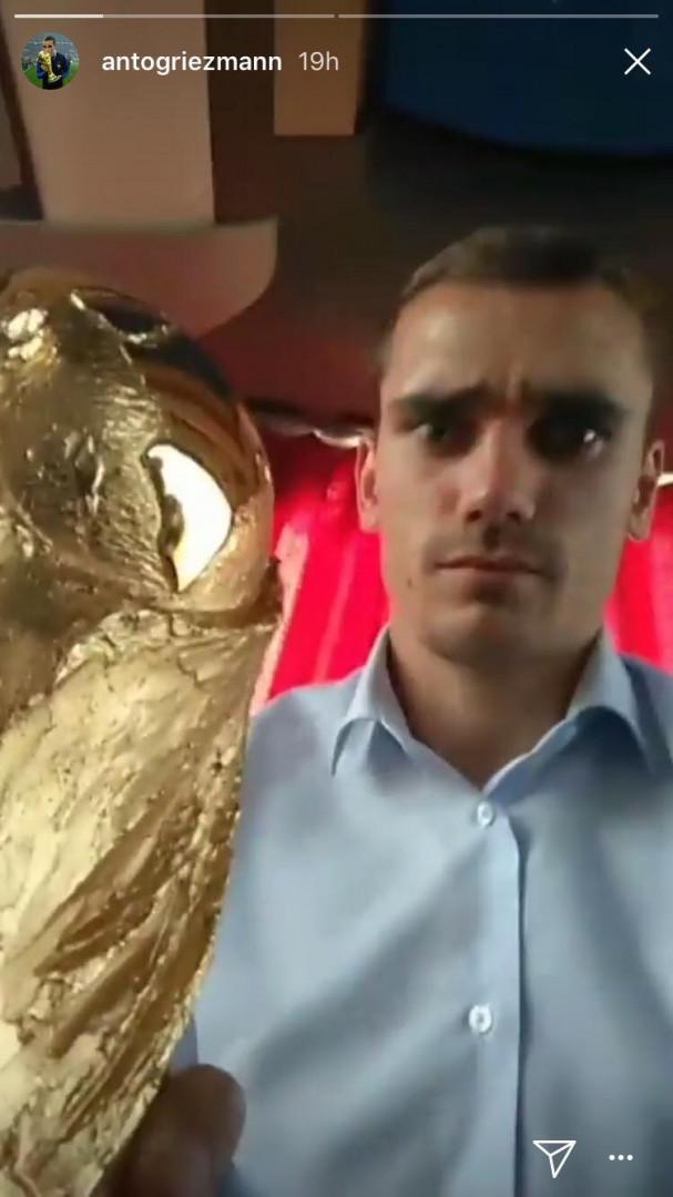 Moment de calme pour Antoine Griezmann au premier niveau du bus avec le trophée