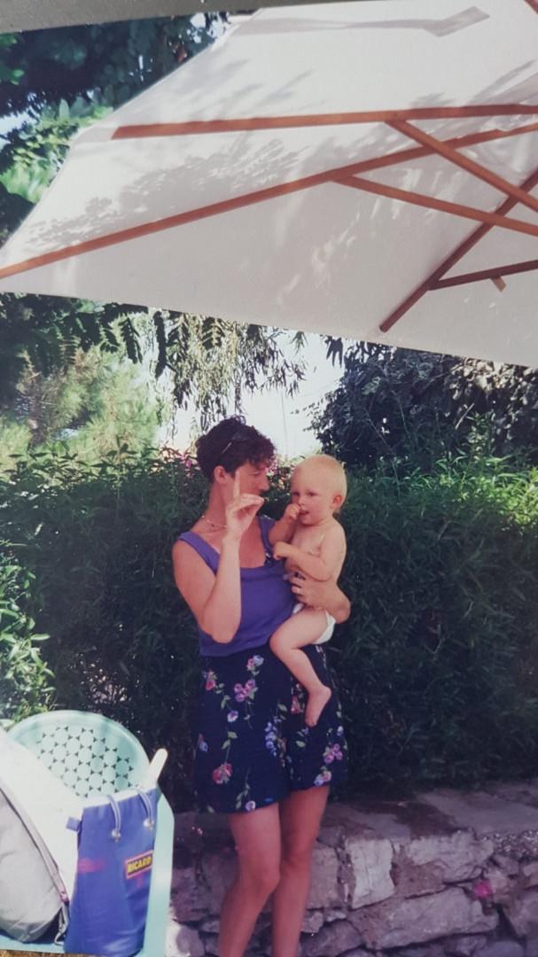 À l'âge d'un an avec sa maman