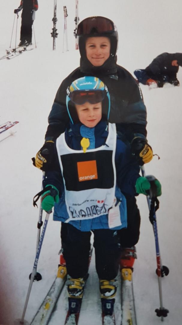 Avec son frère aîné sur des skis alpins
