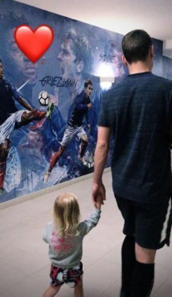 Antoine Griezmann et sa fille à l'hôtel des Bleus