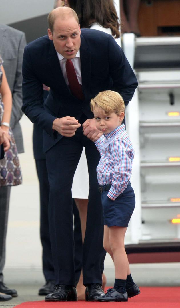 Le jeune prince ne peut s'empêcher de faire des grimaces