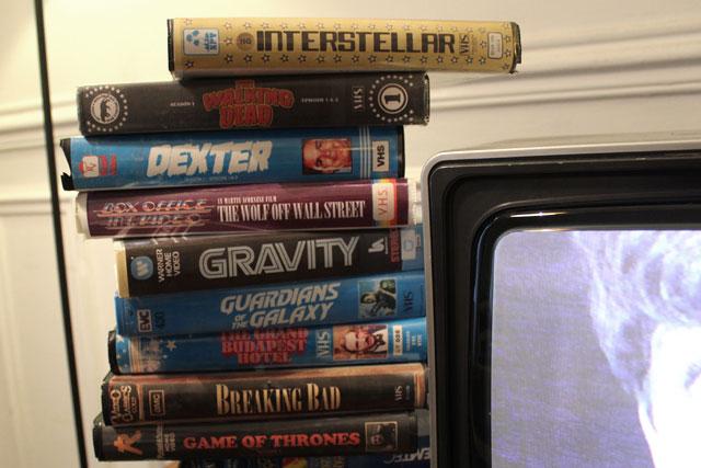 La bonne vieille pile de VHS à côté de la télé
