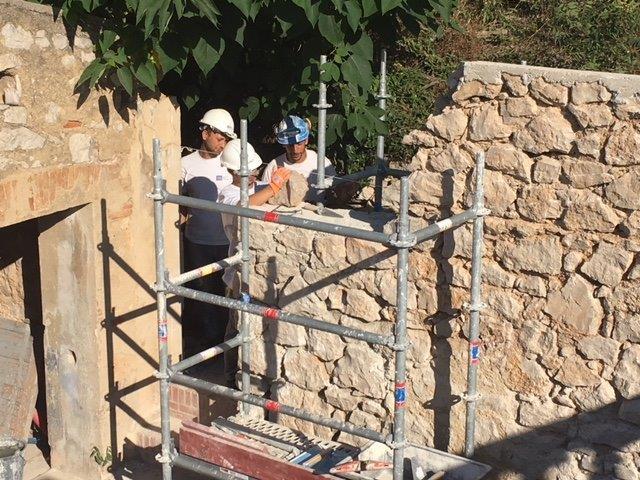 Des travaux dans le cadre d'un chantier de réinsertion et de formation professionnelle destiné aux personnes éloignées depuis longtemps de l'emploi.