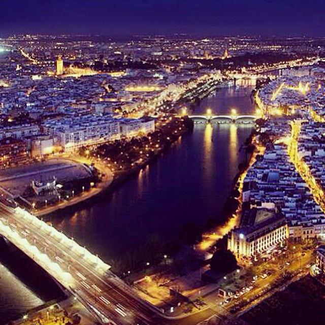 Nuit tombée sur le Guadalquivir, à Séville.