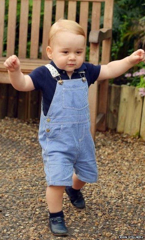 À 1 an, le prince George peut désormais marcher seul