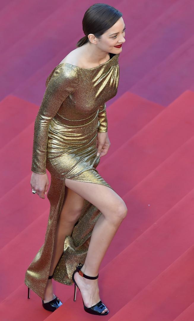 Marion Cotillard grimpe les marches du Festival de Cannes