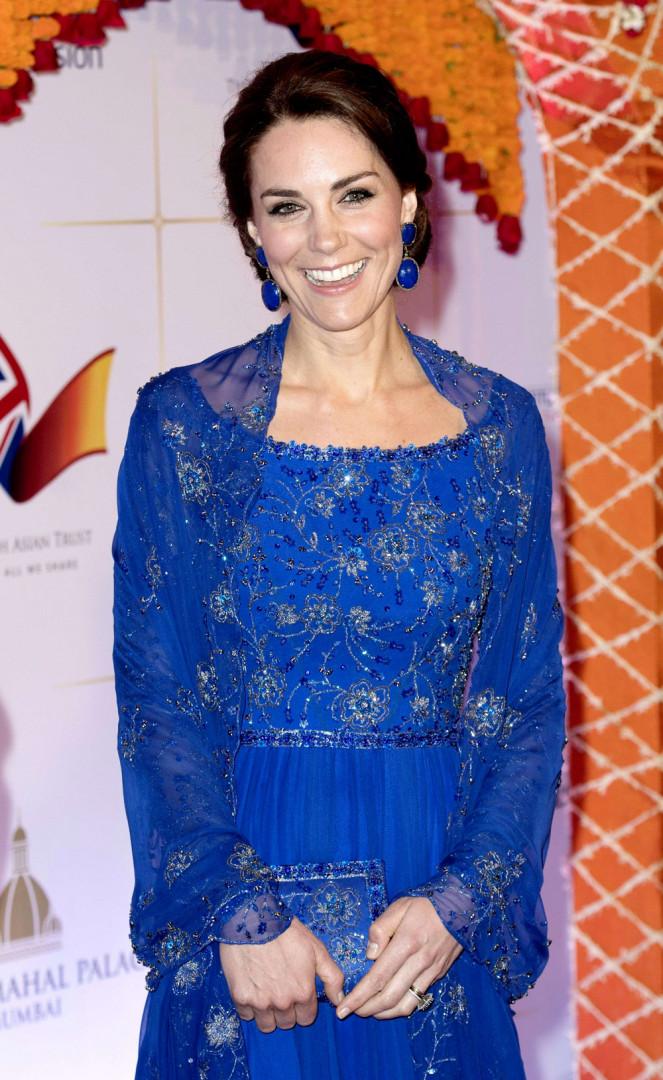 Et s'est rendue à un gala de charité au Taj Palace Hotel dans une robe bleue scintillante