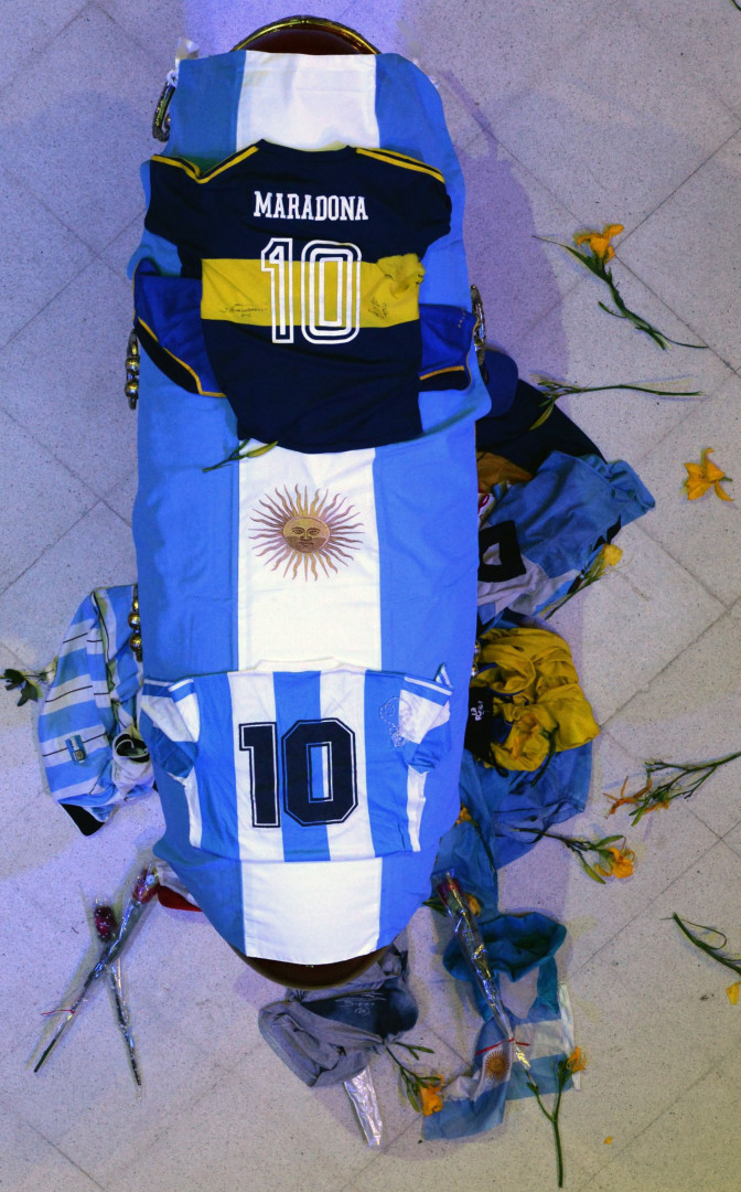 Le cercueil de Diego Maradona a été décoré d'un drapeau argentin, et de deux de ses maillots, avec le Boca Juniors et l'Albiceleste.