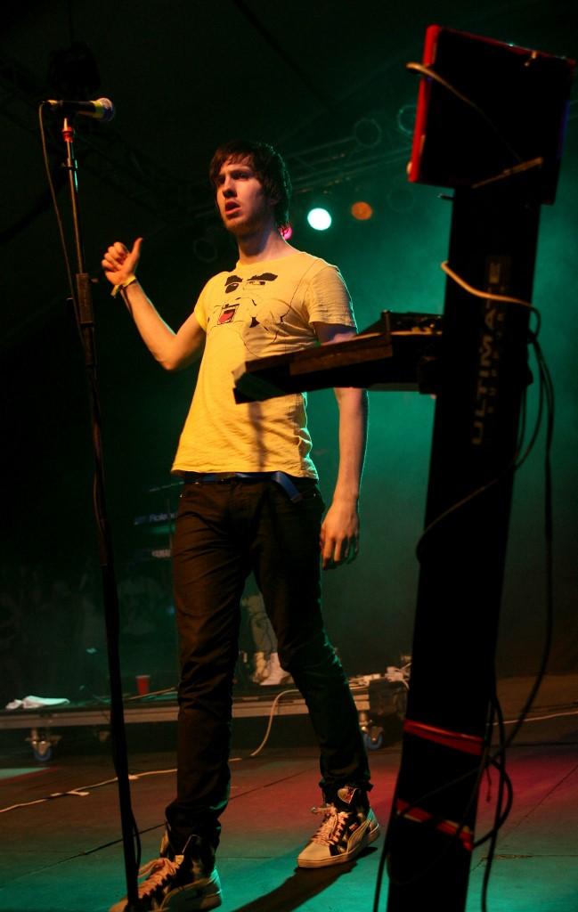 Calvin Harris à ses débuts, micro en mains, pendant le 2ème jour de Coachella le 26 avril 2008.