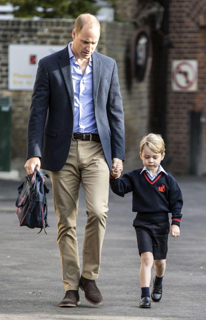 Le prince George, main dans la main avec son père