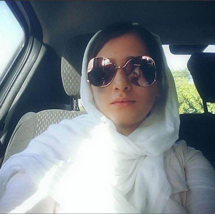 """Une jeune femme iranienne vêtue de blanc pour protester contre le """"dress code"""" obligatoire de son pays"""