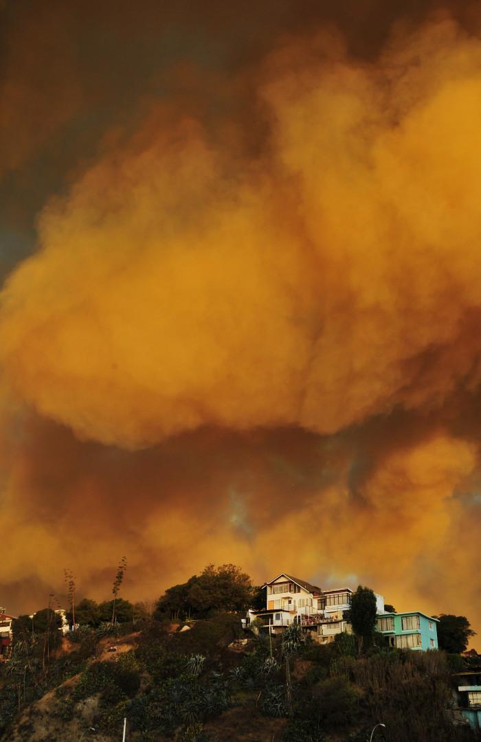 Sur les sommets de Valparaiso, la fumée continue de s'épandre