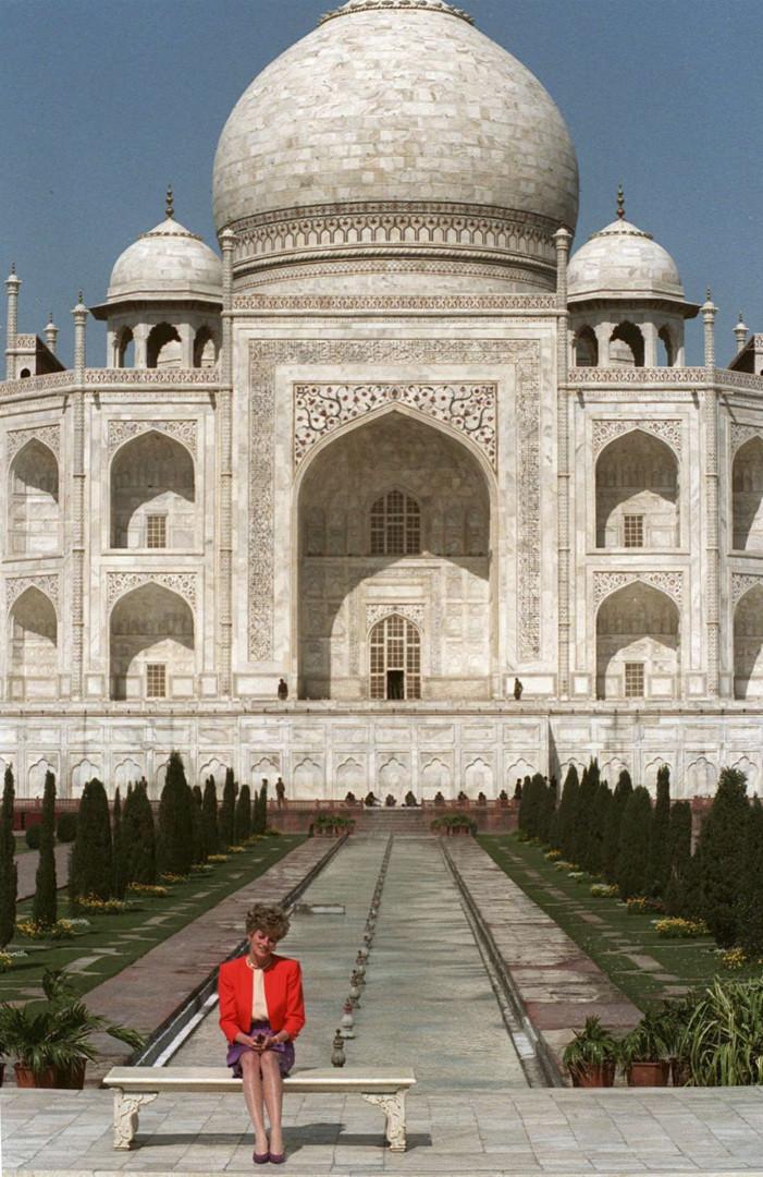 Lady Diana assise, seule, devant ce monument de romantisme qu'est le Taj Mahal