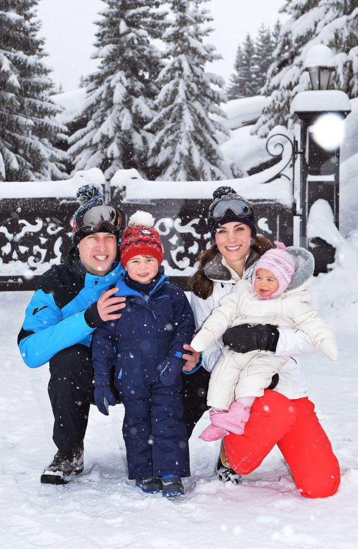 En famille à la neige, le prince George arbore sa plus belle combinaison de ski en mars 2016