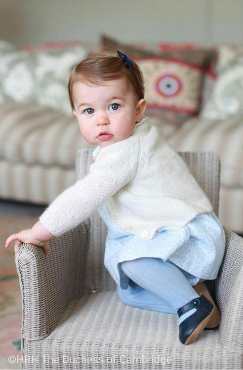 Princesse Charlotte pose pour son premier anniversaire, immortalisée par Kate Middleton
