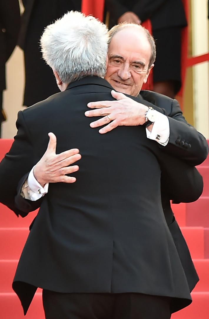 Pierre Lescure, président du Festival de Cannes, dans les bras de Pedro Almodovar.