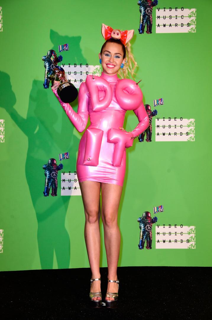 """En tenue quasi gonflable avec l'inscription """"Do It"""", titre de son nouveau single"""