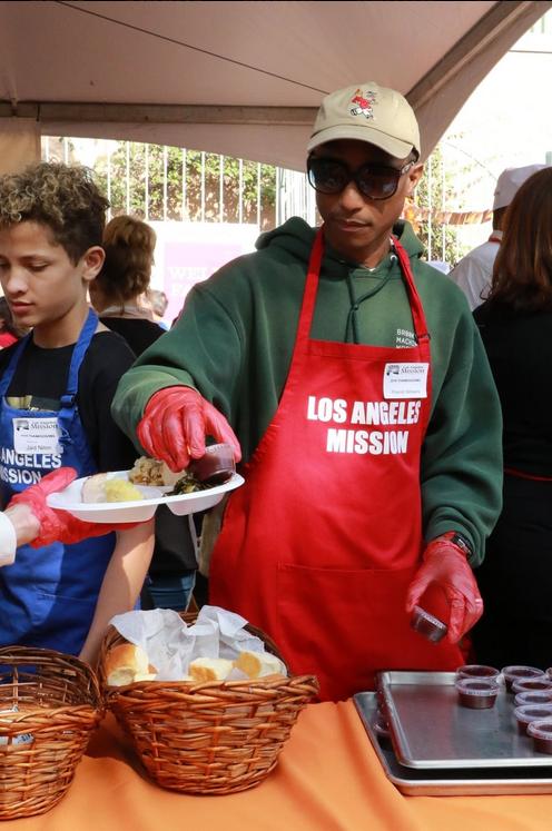 Le chanteur Pharell Williams a, tout comme Kevin Hart, distribué des repas a des sans abris à Los Angeles