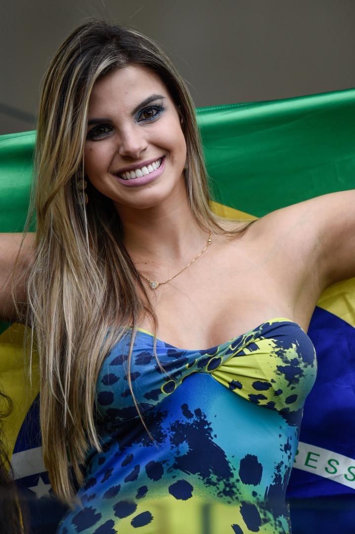Cette supportrice ne se doute pas que le Brésil s'apprête à subir l'une des pires défaites de son histoire face à l'Allemagne (7-1)