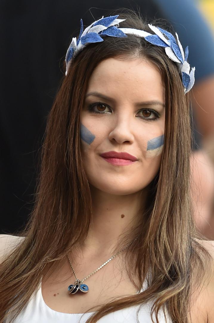 Cette supportrice grecque peut retrouver le sourire grâce aux belles performances de sa sélection