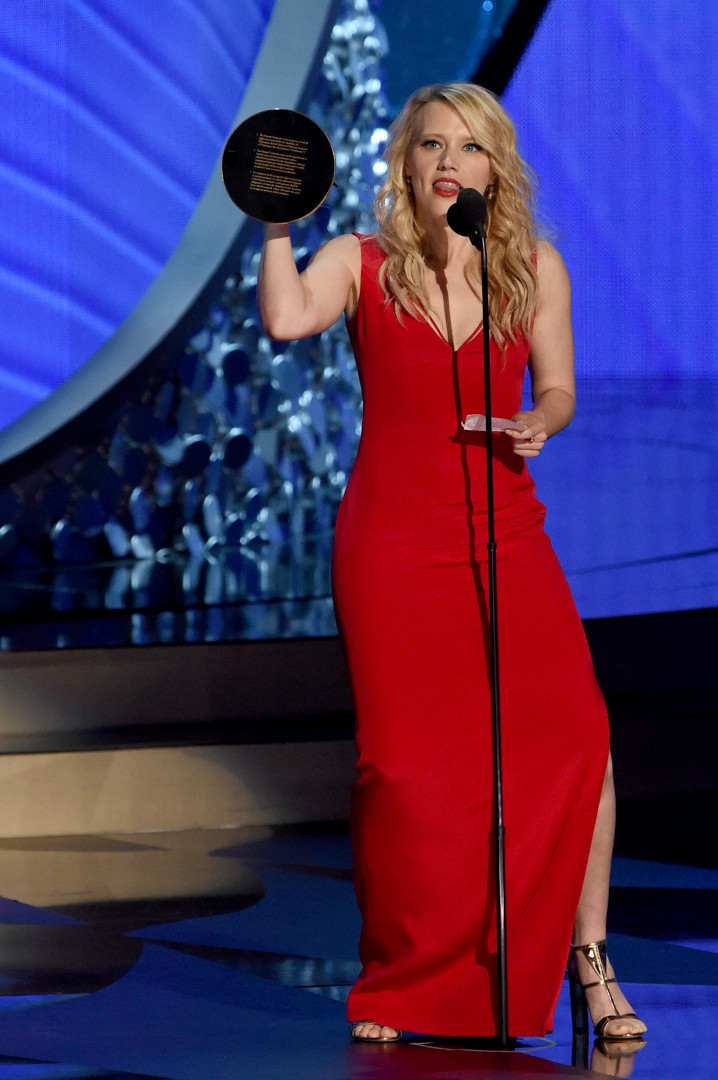 Son interprétation d'Hillary Clinton a valu à Kate McKinnon le trophée de la meilleure actrice de second rôle dans une comédie