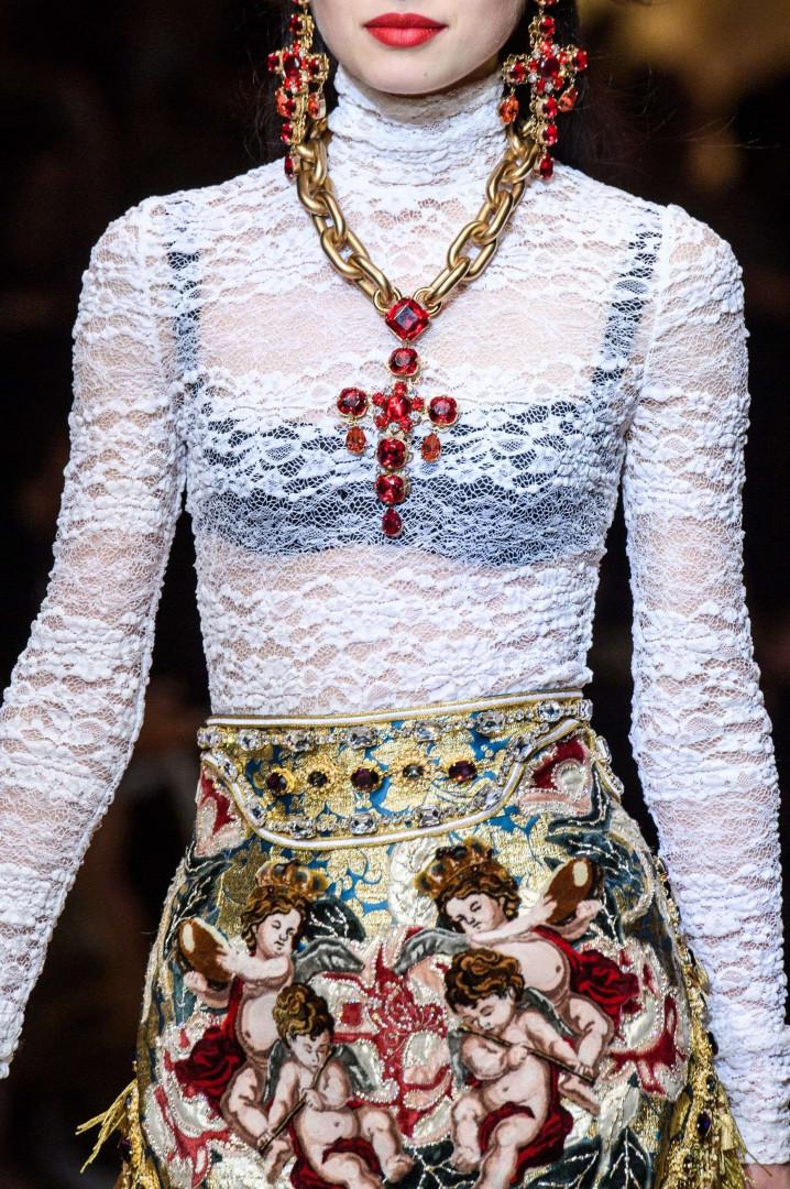 Croix de rubis et jupe angélique pour Dolce & Gabanna à Milan