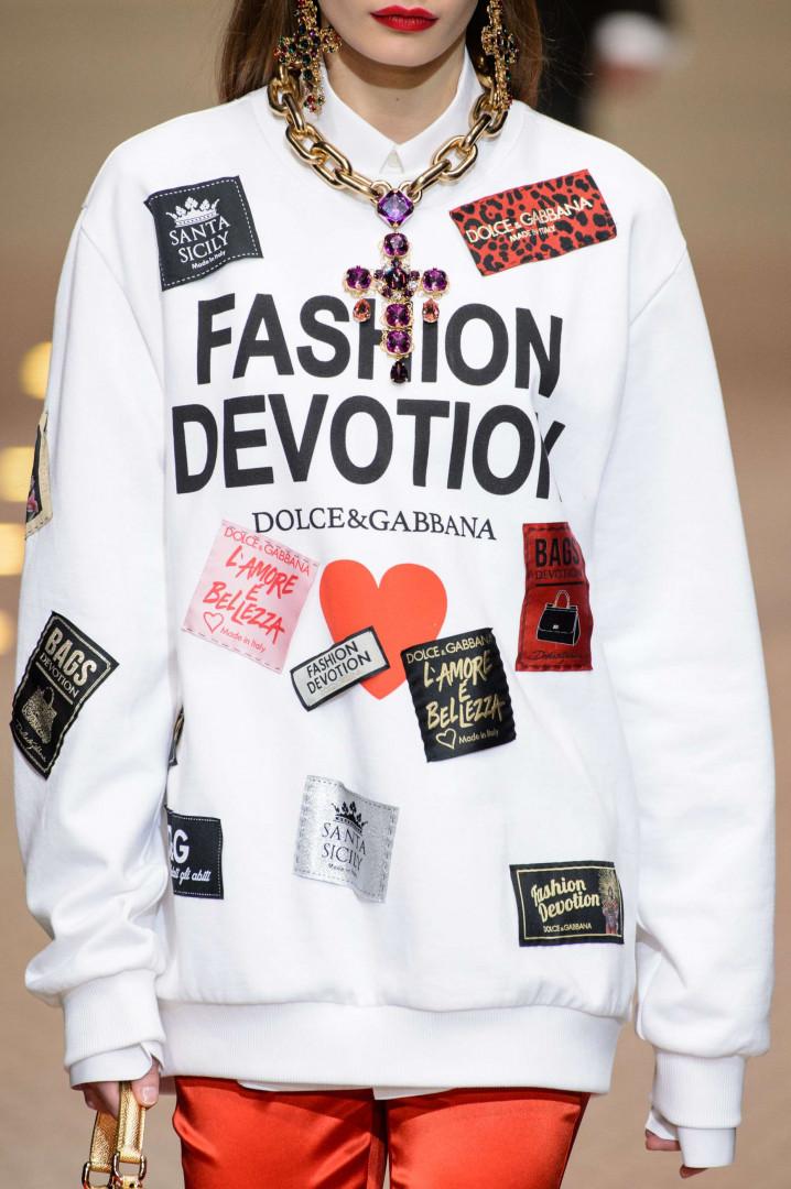 Sans oublier des messages de dévotion pour un autre Dieu : la mode