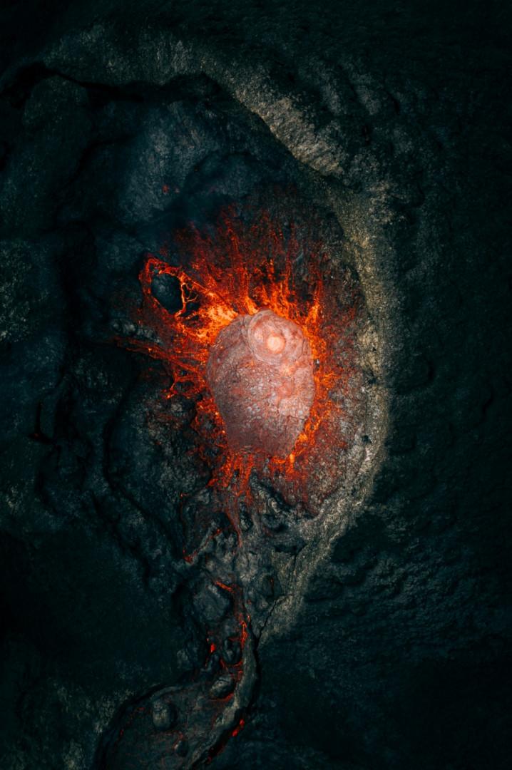 """Extragalactique, 1ière place de la catégorie Nature. """"Les moments intenses et glorieux lors d'une éruption volcanique avec une vue exclusive de l'intérieur. Capturé en Islande."""""""
