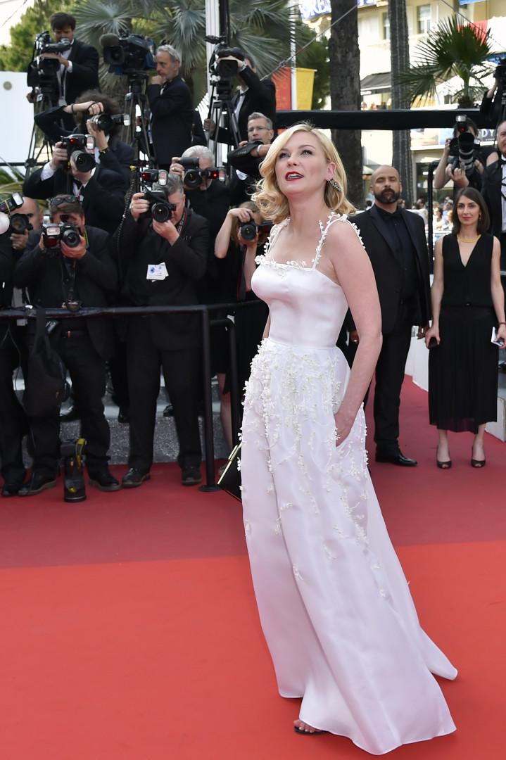 Kirsten Dunst en robe blanche à Cannes le 16 mai 2016.