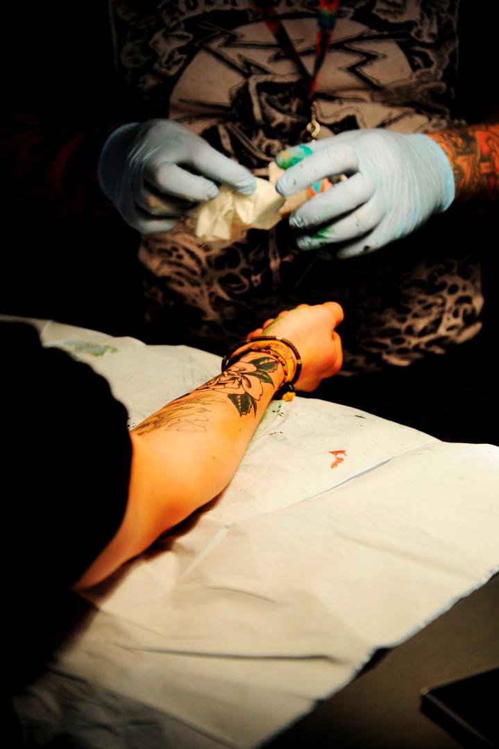 Certains visiteurs ont réservé un créneau avant l'ouverture du salon pour se faire tatouer