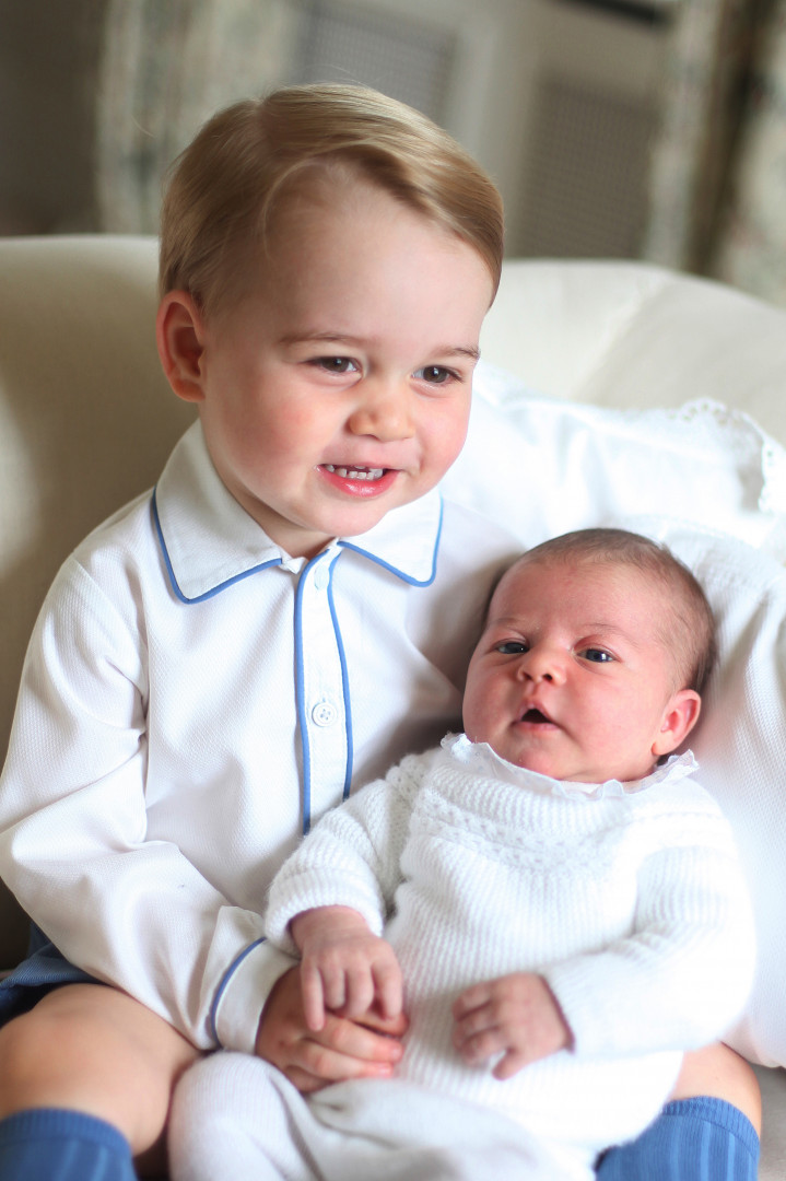 Tendre câlin avec sa petite sœur, la princesse Charlotte, deux semaines après sa naissance