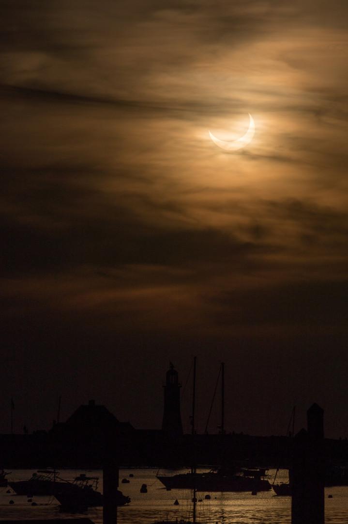 Un soleil éclipsé se lève sur le port de Scituate le 10 juin 2021 à Scituate, Massachusetts.