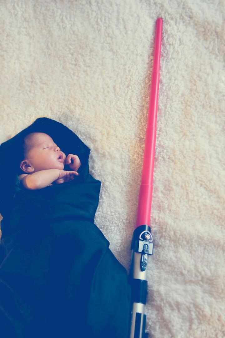 Le nouveau-né avec le sabre laser du Côté Obscur