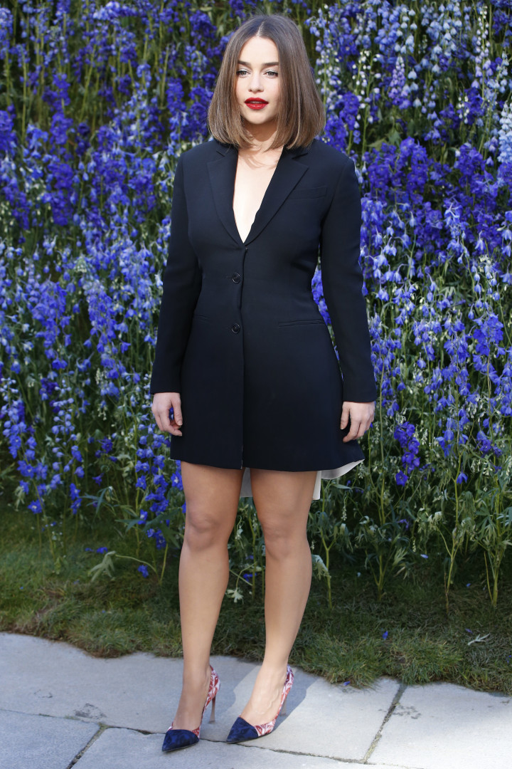 Emilia Clarke au défilé Dior à la Fashion Week de Paris