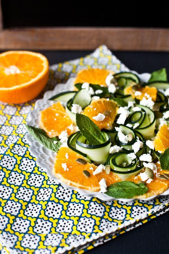 Concombres, fêta et oranges