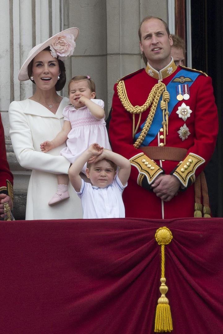 Le prince William et la duchesse de Cambridge avec le prince George, bientôt 3 ans, et la princesse Charlotte, 1 an.