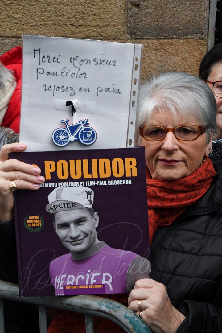 Une femme rend hommage à Poulidor
