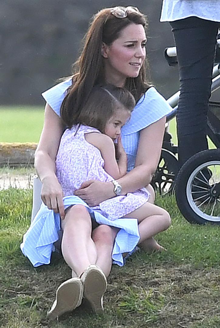 La princesse Charlotte aime se blottir dans les bras de la duchesse de Cambridge