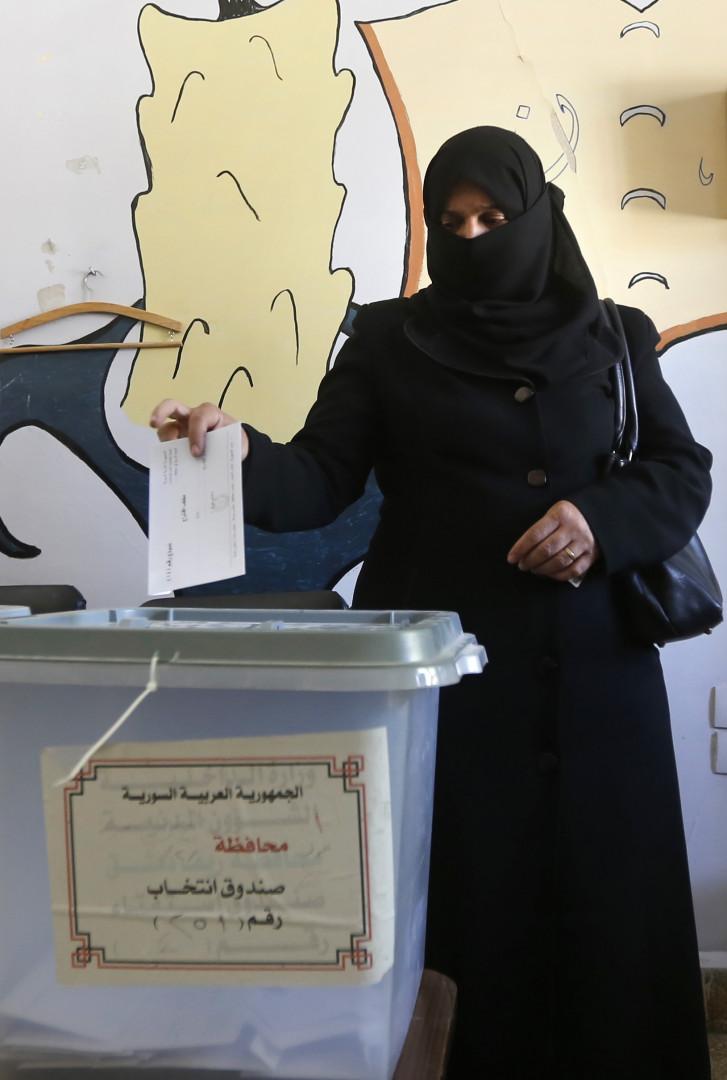 Une Syrienne vote le 16 septembre 2018 pour les élections municipales