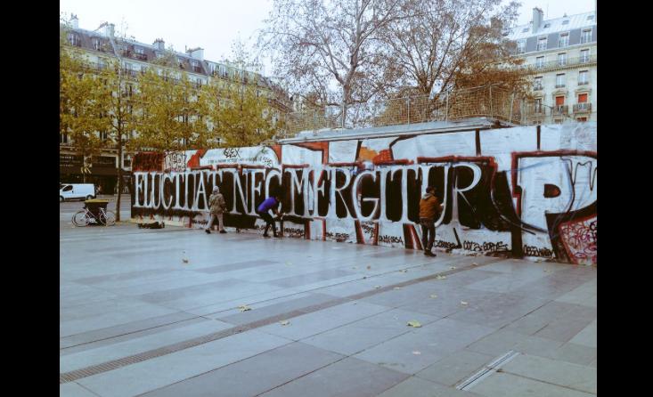 """Le slogan """"Fluctuat nec mergitur"""" peint en grand place de la République, à Paris"""
