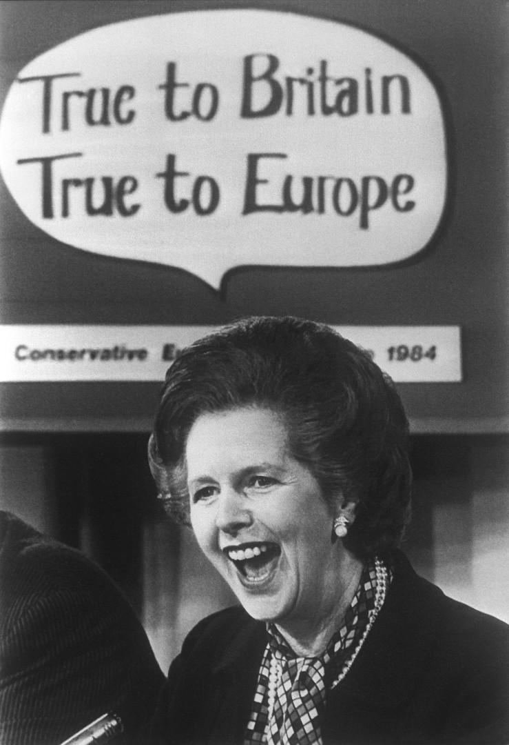 """30 novembre 1979: la Première ministre Margaret Thatcher demande un rabais de la participation britannique au budget européen, via la fameuse expression """"I want my money back"""" (""""Rendez-moi mon argent""""). Elle l'obtient en 1984."""
