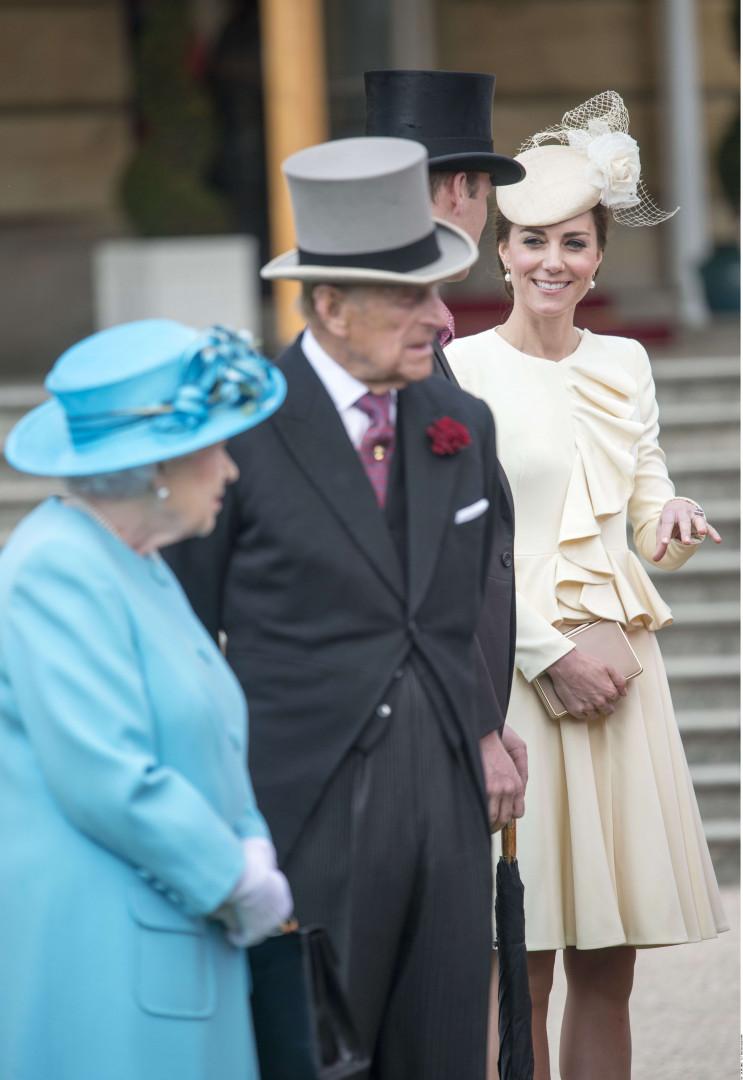 La reine Elizabeth II, le prince Philip, le prince William et la duchesse de Cambridge réunis à Buckingham Palace