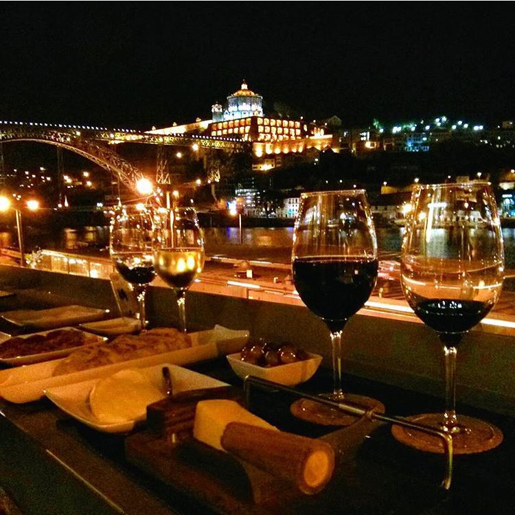 À la nuit tombée, profitez d'un repas au bord du Douro, à Porto