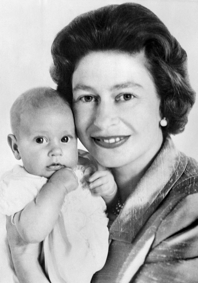 8. Avec le prince Edward, son dernier fils