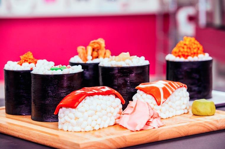 Les sushis cakes sont une astuce : des gâteaux en forme de sushis, mais sucrés