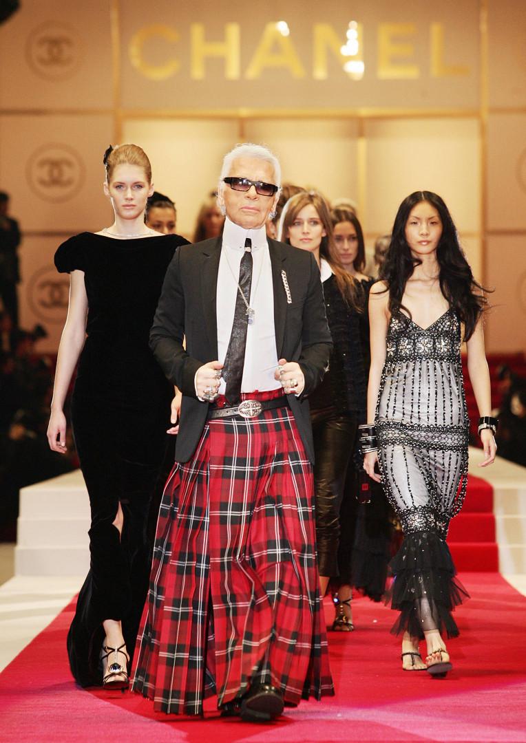 En 2005, il porte un kilt écossais lors d'un défilé Chanel