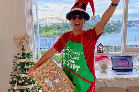Timmy Trumpet ravi de déballer ses cadeaux de Noël