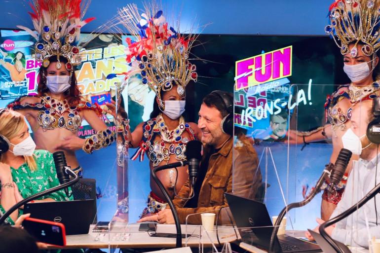 """Arthur fête les 100 ans de la radio avec l'équipe de """"Bruno dans la radio"""""""