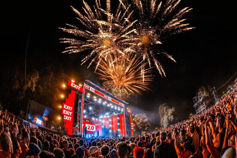 Le feu d'artifice explosif lors de l'Exit Festival